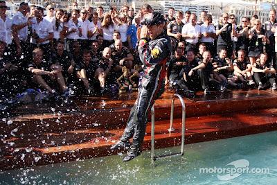 прыжок Себастьяна Феттеля в бассейн Red Bull после победы на Гран-при Монако 2011