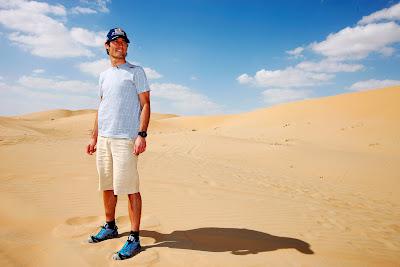 Марк Уэббер в песчаной пустыне перед Гран-при Абу-Даби 2011