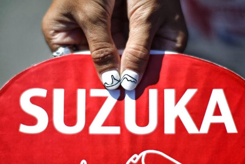 болельщица со схемой трассы Сузуки на ногтях на Гран-при Японии 2013