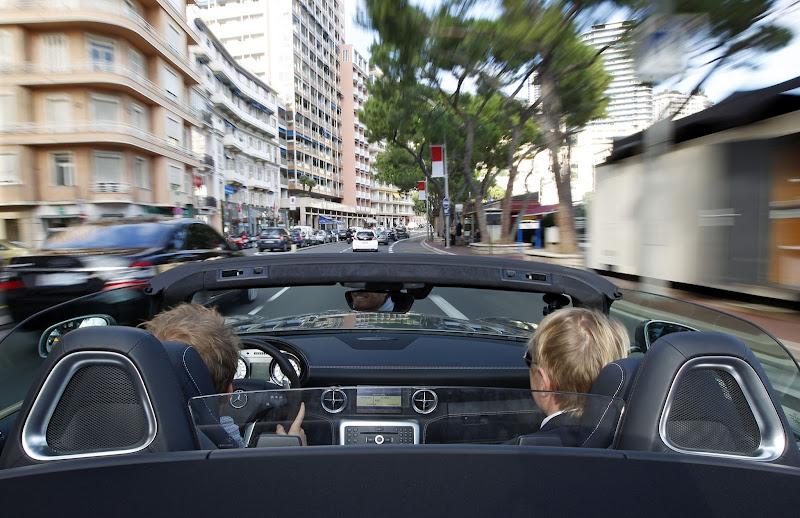 Нико Росберг и Мика Хаккинен едут по улицам Монако в Mercedes AMG