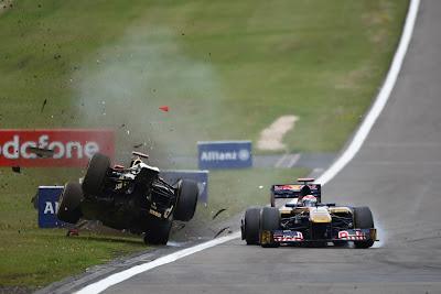 Ник Хайдфельд подлетает в воздух после контакта с Себастьяном Буэми на Гран-при Германии 2011