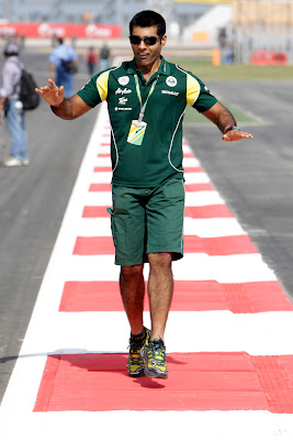 Карун Чандхок идет по трассе Буддх на Гран-при Индии 2011