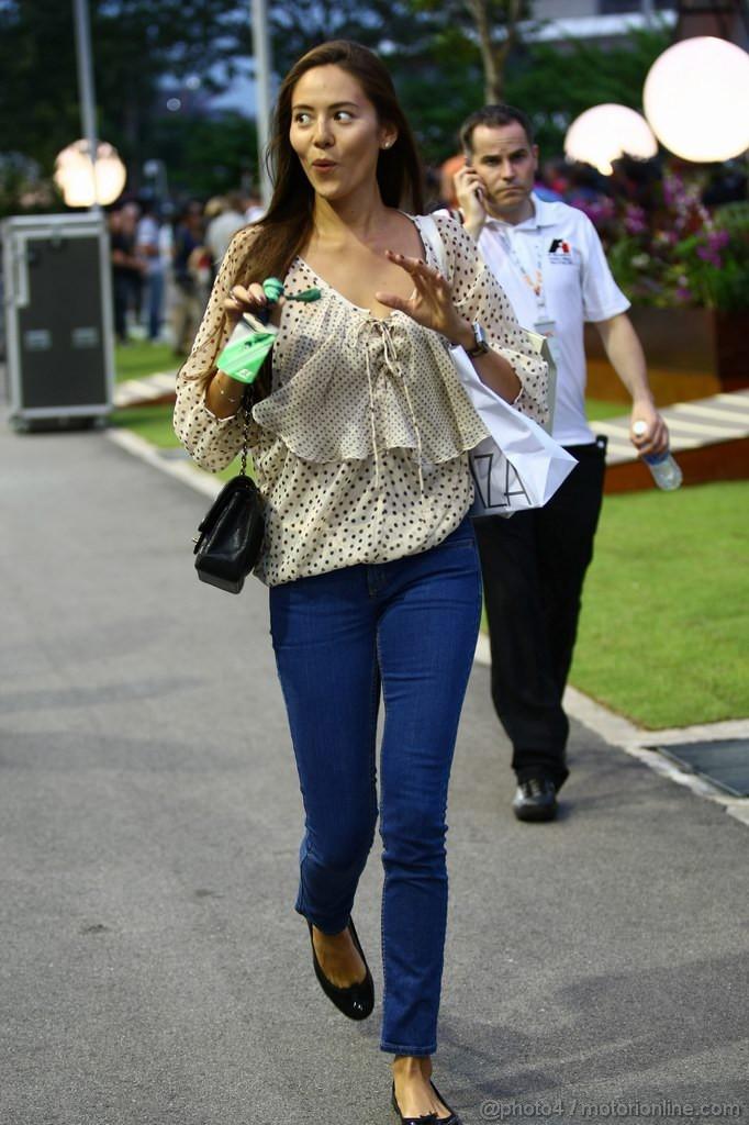 Джессика Мичибата приветствует кого-то на Гран-при Сингапура 2011