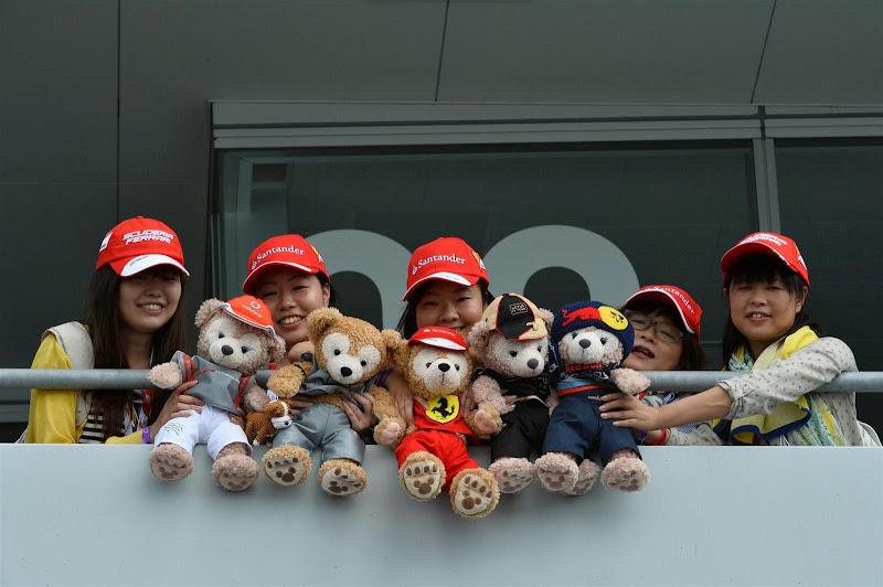 плюшевые мишки от болельщиц на Гран-при Японии 2013