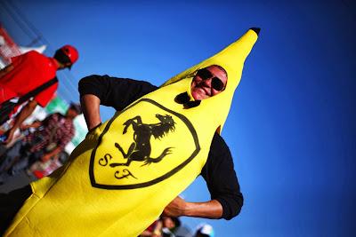 болельщик Ferrari в костюме банана на Гран-при Японии 2013
