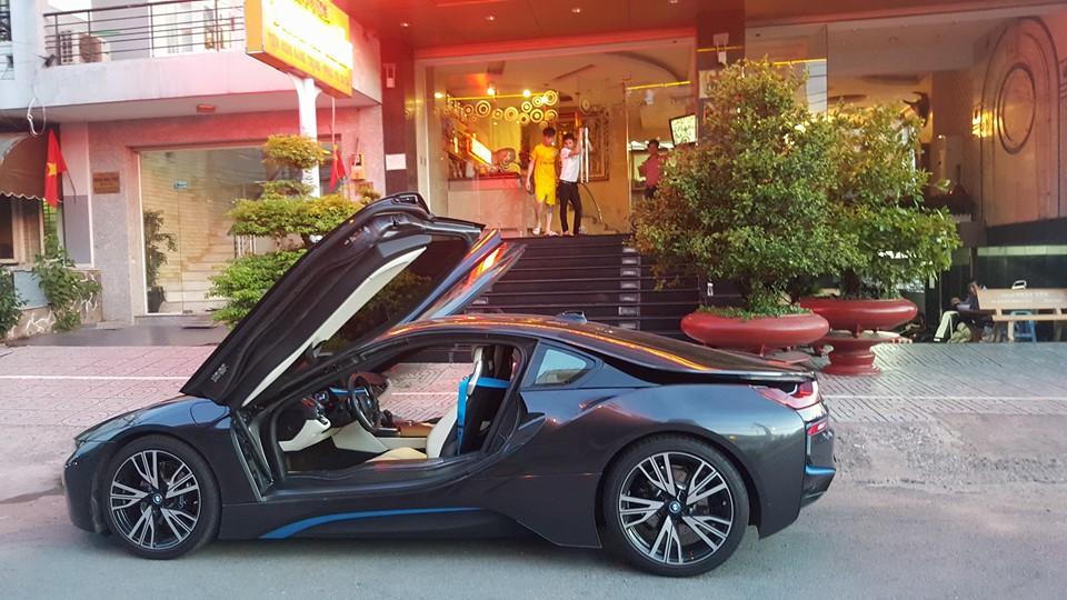 BMW i8 đang được bán tại một showroom nổi tiếng ở Sài Gòn