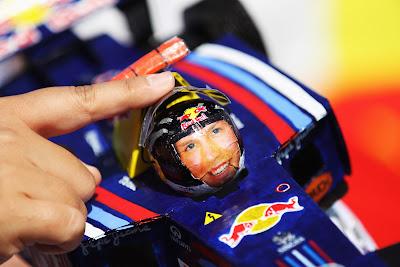 кепка-болид Red Bull Феттеля на Гран-при Японии 2011