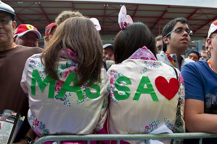 надпись MASSA на спине болельщиц Фелипе Массы на автограф-сессии Гран-при Бельгии 2011