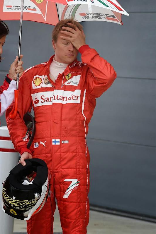 фэйспалмящий Кими Райкконен под зонтиком на Гран-при Великобритании 2014