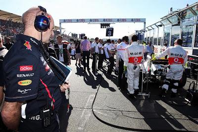 Эдриан Ньюи наблюдает за машиной McLaren на стартовой решетке Альберт-Парка на Гран-при Австралии 2012