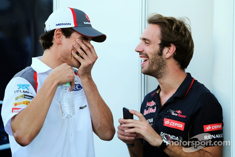 Жан-Эрик Вернь показывает что-то смешное на телефоне Адриану Сутилю на Гран-при Бразилии 2014