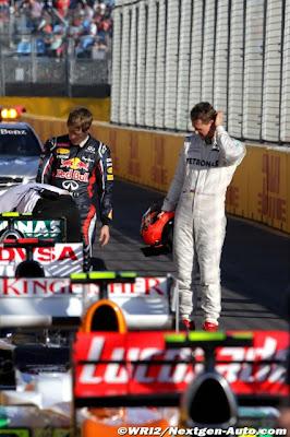 Михаэль Шумахер и Себастьян Феттель разглядывают болиды после квалификации на Гран-при Австралии 2012