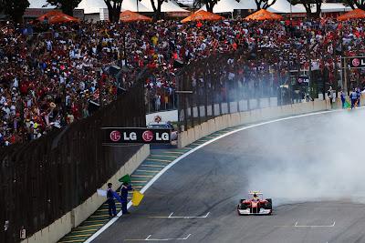Фелипе Масса радует публику после финиша гонки на Гран-при Бразилии 2011