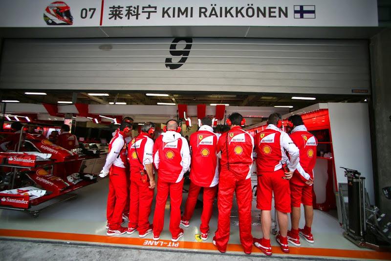 скопление механиков Ferrari у машины Кими Райкконена в гараже на Гран-при Китая 2014