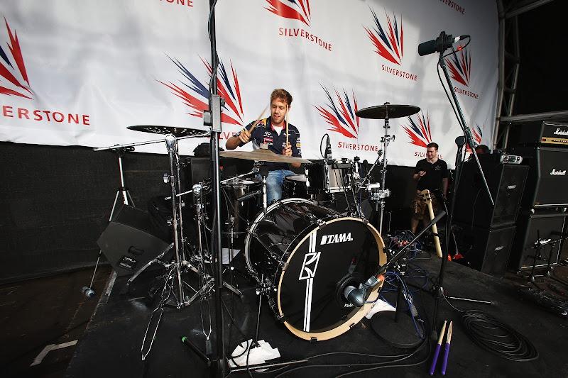 Себастьян Феттель на ударной установке в Сильверстоуне 2013