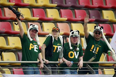 болельщики Виталия Петрова в зеленых футболках на Гран-при Китая 2012
