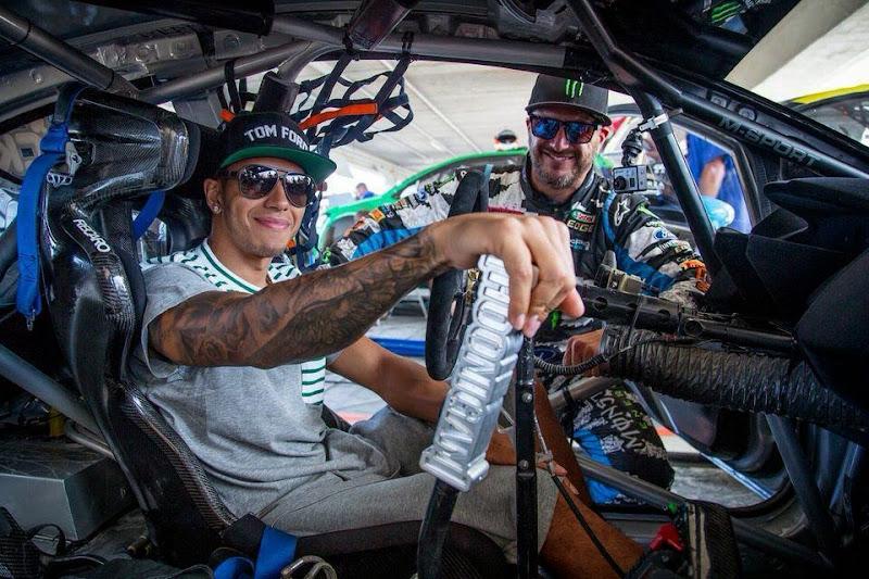 Льюис Хэмилтон в машине Кена Блока на фестивале Top Gear в Барбадосе
