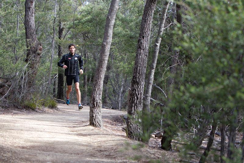 Марк Уэббер бегает в национальном парке Freycinet в Тасмании 6 декабря 2011