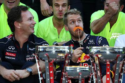 Себастьян Феттель с оранжевыми усами на праздновании победы Red Bull на Гран-при США 2013