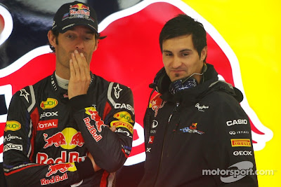 Марк Уэббер шутит с механиком в боксах Red Bull на Гран-при Бельгии 2011