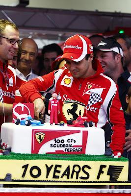 Фелипе Масса разрезает торт на свое 10-летие в Формуле-1 на Гран-при Бразилии 2011
