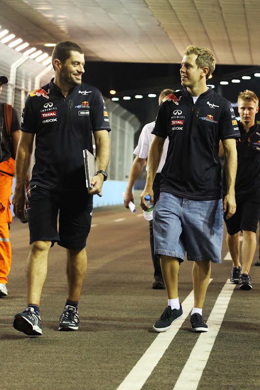 Гийом Роклен и Себастьян Феттель с другими инженерами инспектируют городскую трассу Сингапура 2011