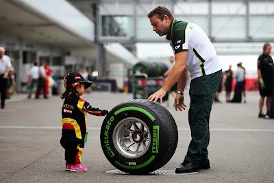 маленькая болельщица Lotus пробует на ощупь резину Pirelli на Гран-при Японии 2014