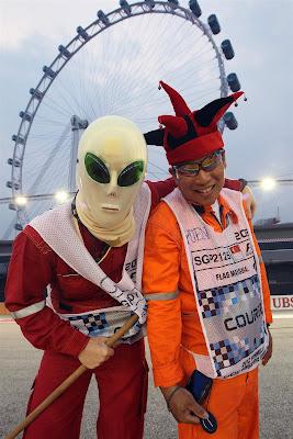 маршалы Сингапура в маске инопланетянина и шапке шута на Гран-при Сингапура 2012