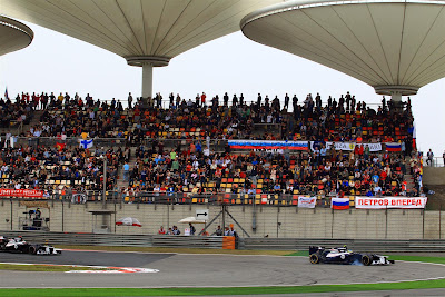 болельщики Виталия Петрова на трибунах Шанхая на Гран-при Китая 2012