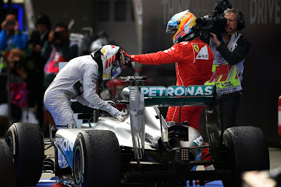 Фернандо Алонсо дотрагивается до шлема Льюиса Хэмилтона после финиша Гран-при Китая 2014