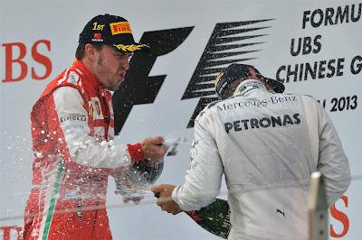Фернандо Алонсо и Льюис Хэмилтон разбрызгивают шампанское на подиуме Шанхая на Гран-при Китая 2013