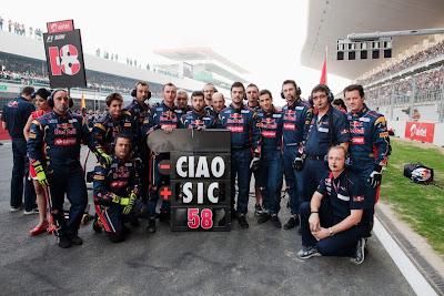механики Toro Rosso прощаются с Марко Симончелли на стартовой решетке Гран-при Индии 2011