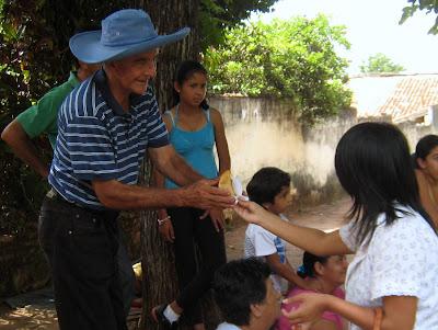 Handing out empanadas for the karu guazú.  Entregando empanadas como karu guazú.