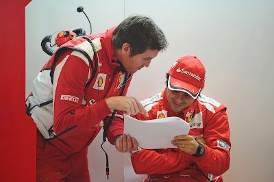 Роб Смедли и Фелипе Масса разбираются с бумажками на предсезонных тестах 2012 в Барселоне 3 марта 2012