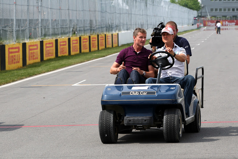 Михаэль Шумахер и Дэвид Култхард едут на машинке по трассе Гран-при Канады 2011