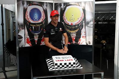 Дженсон Баттон и торт от McLaren в честь 10000 круга лидирования в гонках на Гран-при Канады 2011