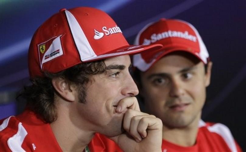 Фелипе Масса смотрит на улыбающегося Фернандо Алонсо на пресс-конференция Монца Гран-при Италии 2011
