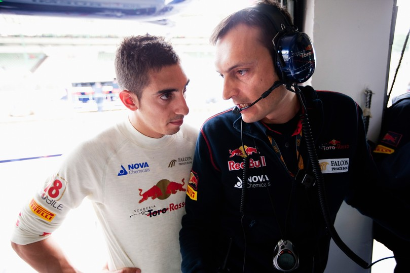 Себастьян Буэми разговаривает со своим гоночным инженером Riccardo Adami на Гран-при Венгрии 2011