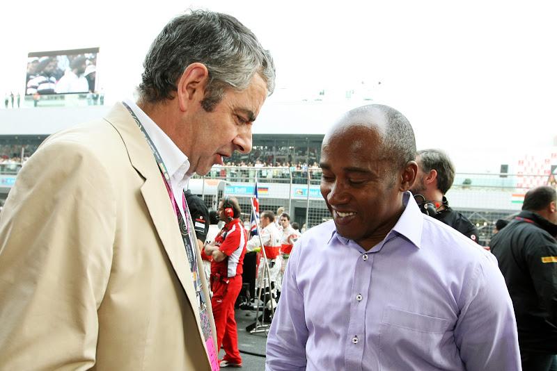 Роуэн Аткинсон с Энтони Хэмилтоном на стартовой решетке Гран-при Индии 2011