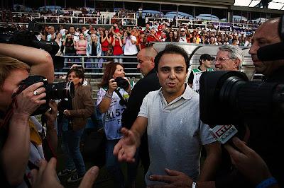 Фелипе Масса дает интервью на футбольном матче на Гран-при Венгрии 2011