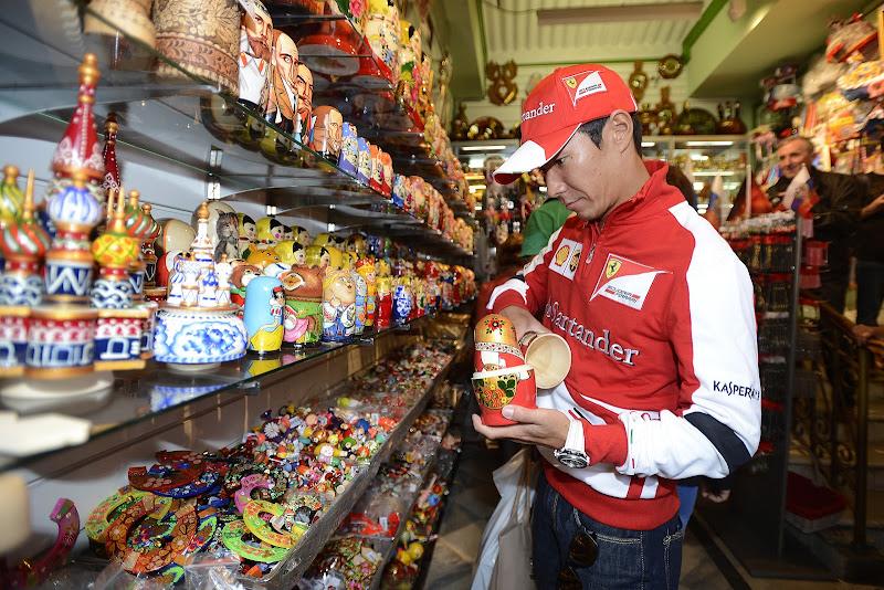 Камуи Кобаяши выбирает матрёшки в Москве на Moscow City Racing 2013