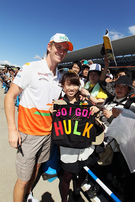 Go Go Hulk - болельщица Нико Хюлькенберга фотографируется с пилотом на Гран-при Японии 2012