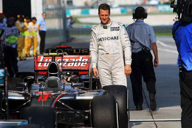 Михаэль Шумахер подходит к болиду McLaren после квалификации на Гран-при Малайзии 2012
