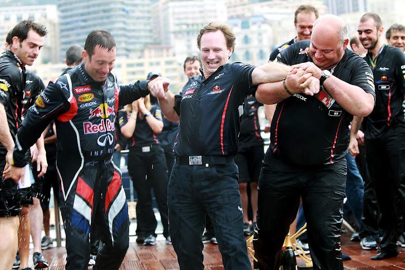 механики толкают Кристиана Хорнера в бассейн на Гран-при Монако 2012