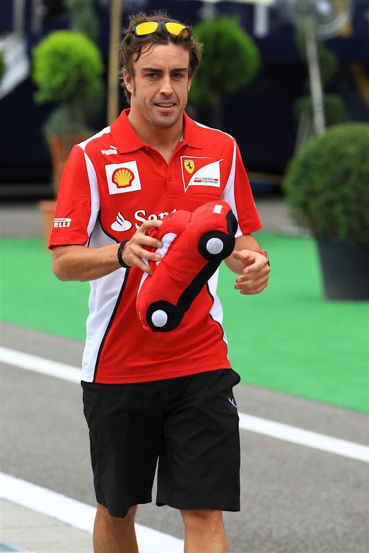 Фернандо Алонсо и плюшевая машинка жук на день рожденья на Гран-при Венгрии 2012