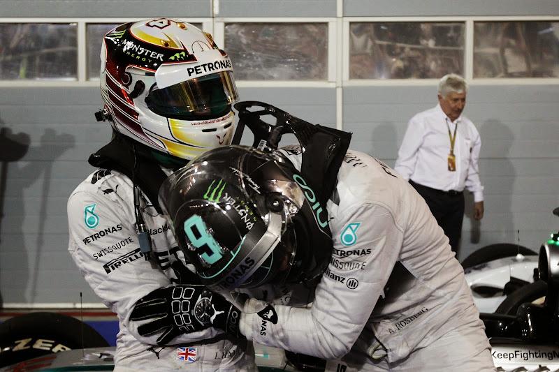 Нико Росберг в объятиях Льюиса Хэмилтона после финиша Гран-при Бахрейна 2014