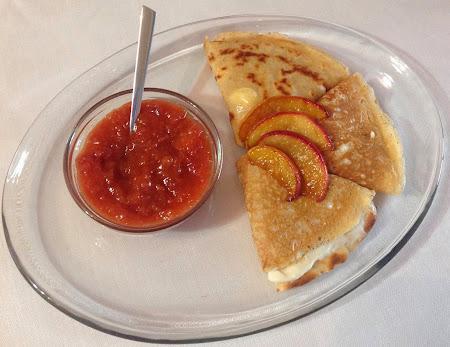 Naleśniki z serem i sosem brzoskwiniowym,likier amaretto,ser Philadelpia