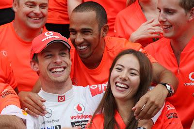Льюис Хэмилтон обнимает Джессику Мичибату и Дженсона Баттона на Гран-при Венгрии 2011