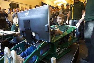 Виталий Петров за рулем симулятора Caterham перед Гран-при США 2012