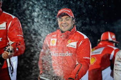 Фелипе Масса разбрызгивает шампанское после победы в гонке на Wrooom 2012